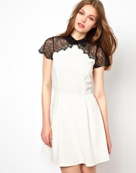Летнее платье, отделанное кружевом