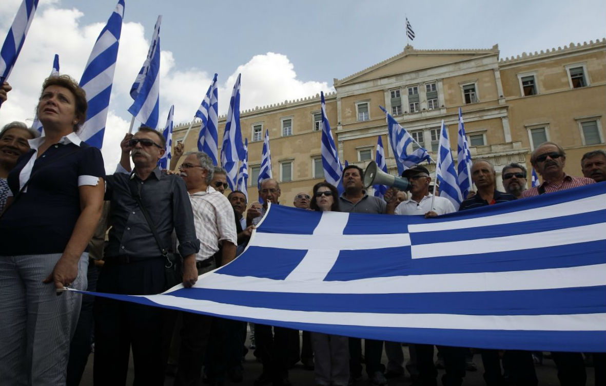 grecko_kriza_vlajka_ludia_protest_12_reuters